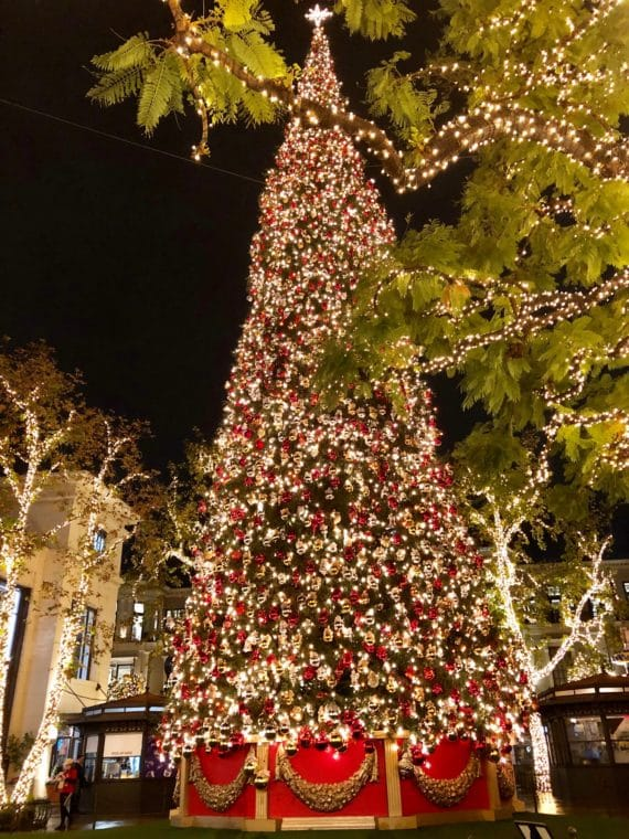The holidays at The Grove LA are magical thanks to thousands fo lights, a giant Christmas Tree and holiday music times to fountains. #thegrove #grovela #christmastree #losangelesholidays #losangelesmalls