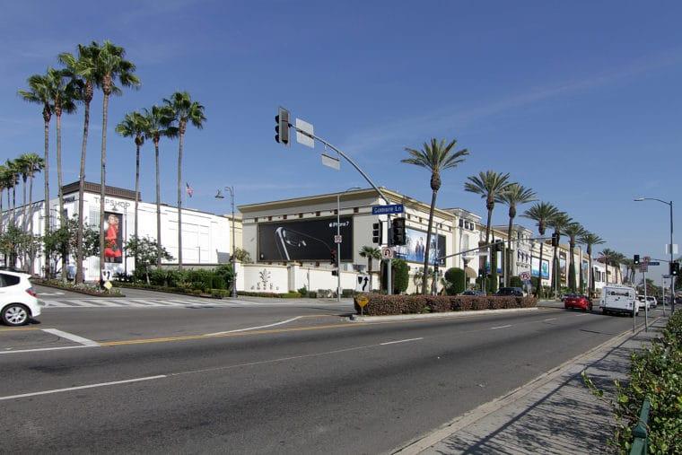 Neighborhoods.com shares the best walkable neighborhoods in Los Angeles on MomsLA. #losangeles #losangelesneighborhoods #thegrove #beverlygrove