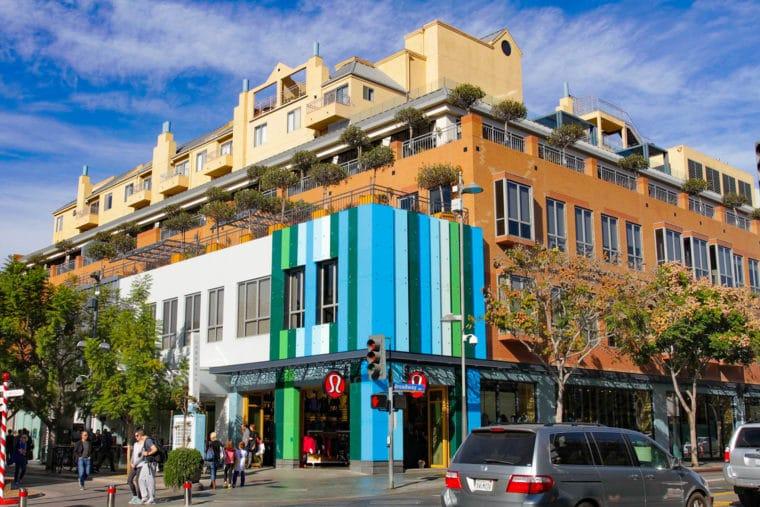 Neighborhoods.com shares the best walkable neighborhoods in Los Angeles on MomsLA. #losangeles #losangelesneighborhoods #santamonica