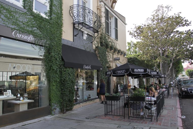 Neighborhoods.com shares the best walkable neighborhoods in Los Angeles on MomsLA. #losangeles #losangelesneighborhoods #westhollywood
