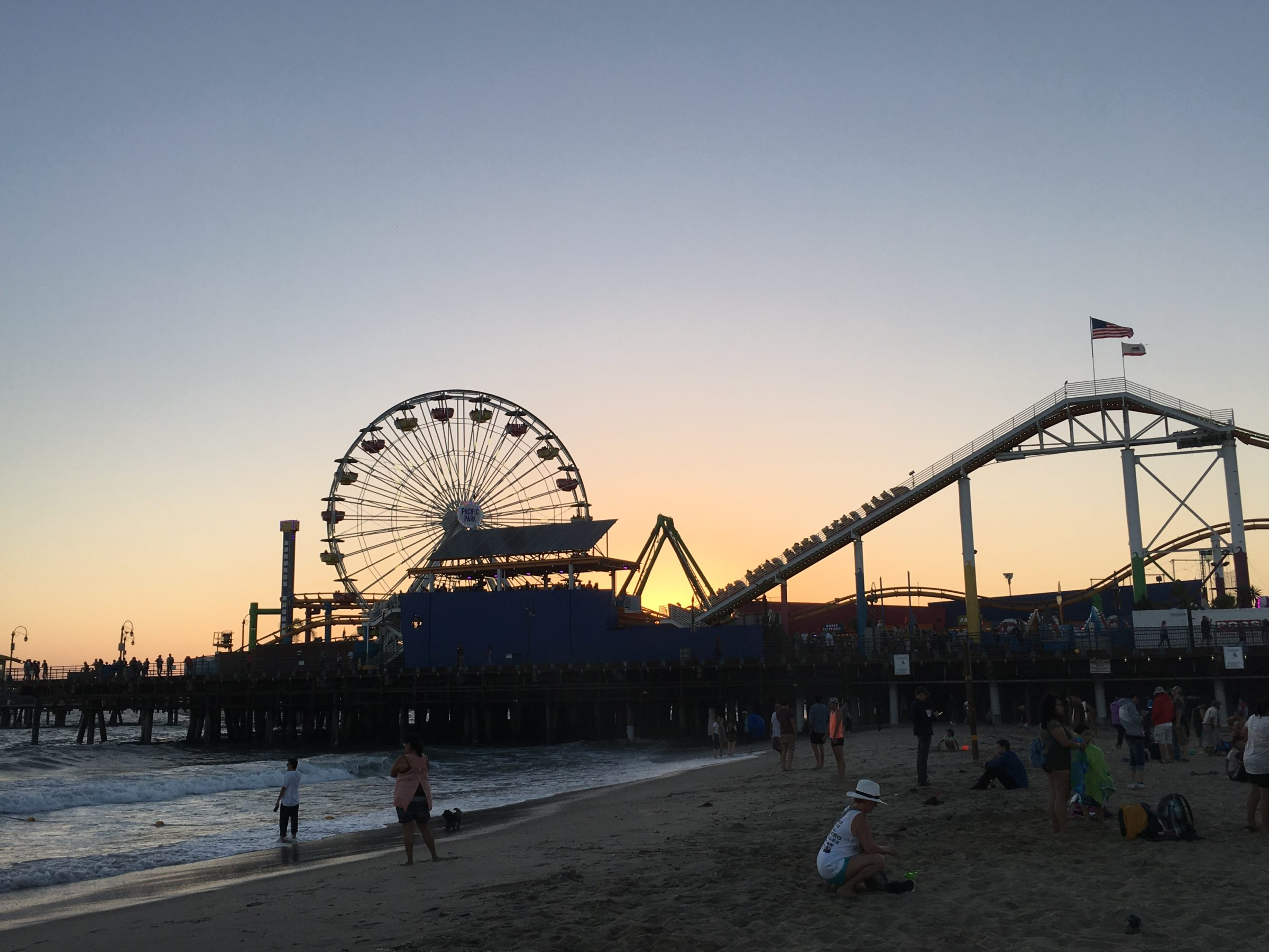 The Santa Monica pier and the surrounding beach is one of the amazing free things you can do with family in the Los Angeles Area. #losangeles #santamonica #familytravel #santmonicapier #sunset