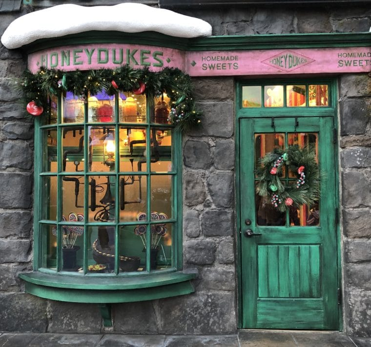 The Wizarding World of Harry Potter at Universal Studios Hollywood is all dressed up for the holidays! #universalstudios #harrypotter #wizardingworldofharrypotter #honeydukes