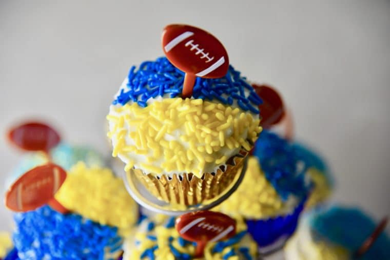 Easy Football cupcakes to celebrate the Los Angeles Rams. #larams #footballfood #cupcakes #sportscupcakes