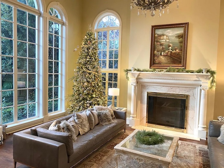 private estate vrbo in Beverly Hills living room with christmas tree